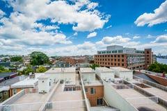 La vista de las cubiertas y de los edificios del tejado adentro derriba el punto, Baltimore, Maryland fotografía de archivo