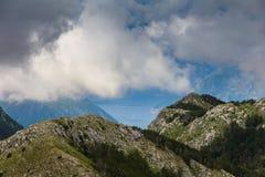 La vista de las cuestas de montaña es bahía rocosa y de Kotor en la distancia fotos de archivo libres de regalías