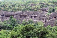 La vista de las cuevas de Ajanta, los monumentos budistas del roca-corte imagen de archivo