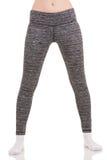La vista de las piernas delgadas de la mujer separa a los hombros en pantalones termales modelados gris en los calcetines blancos Imágenes de archivo libres de regalías