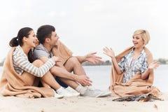 A la vista de los amigos felices que se divierten alrededor de hoguera Imagenes de archivo