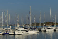 La vista de los barcos de navegación y de los barcos de motor atracó en el puerto deportivo de Lorient, Bretaña, Francia Fotos de archivo