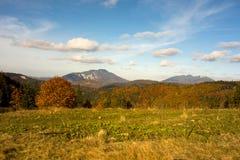 La vista de los cantos de la montaña de la yegua de Postavaru y de Piatra en otoño sazona Foto de archivo libre de regalías