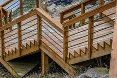 La vista de los pasos de madera apagado apoya de cubierta afuera Imágenes de archivo libres de regalías