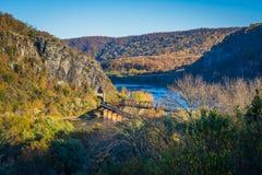 La vista de los puentes del ferrocarril y del río Potomac, en Harpers balsea Foto de archivo