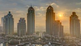 La vista de los rascacielos modernos que brillan en salida del sol enciende el timelapse en el puerto deportivo de Dubai en Dubai almacen de metraje de vídeo