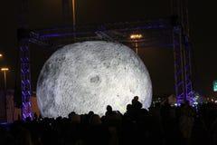 La vista de la luna del planeta hizo de papier-mâché, exhibido en el parque en el festival de la luz en la ciudad del PE del St foto de archivo