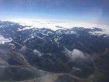La vista de montañas en Nepal de la ventana del aeroplano como aeroplano está comenzando a descender en el valle de Katmandú Foto de archivo