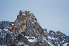 La vista de la nieve de la nieve capsuló los alpes, dolomías en Italia Pale di San Martín imagenes de archivo