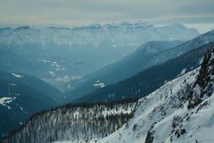 La vista de la nieve capsuló los alpes, dolomías en Italia Vette Feltrine Imagen de archivo