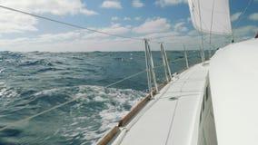 La vista de ondas y el cielo del tablero de navegación navegan metrajes