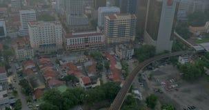 La vista de pájaro del distrito pobre y el montar a caballo entrenan en ferrocarriles y entonces hasta el distrito moderno con lo metrajes