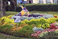 La vista de plantas, las flores y las figuras en la ciudad parquean en el centro de ciudad histórico de Yaroslavl, Rusia Imágenes de archivo libres de regalías