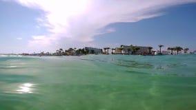 La vista de la playa de Chipre del mar, las ondas golpeó la cámara, bajo el agua almacen de metraje de vídeo