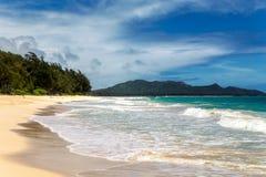 La vista de la playa de Waimanalo con la arena blanca y la turquesa riegan en la isla de Oahu imagen de archivo libre de regalías