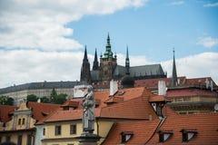 La vista de Praga en día brillante Imagen de archivo libre de regalías