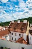 La vista de Praga en día de verano brillante imagenes de archivo