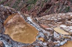 La vista de la sal acumula, Maras, Cuzco, Perú imagenes de archivo