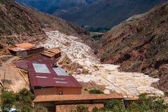 La vista de la sal acumula, Maras, Cuzco, Perú imagen de archivo
