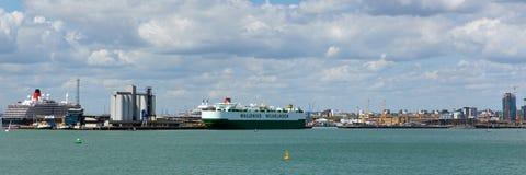 La vista de Southampton atraca con panorama grande del barco de cruceros y de los barcos Imagen de archivo libre de regalías