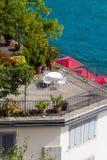 La vista de la tabla hermosa con las sillas blancas se coloca en el balkon Decoración de las flores Ubicación para su sesión de f foto de archivo