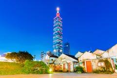 La vista de Taipei 101 de las familias militares de la comunidad parquea Foto de archivo