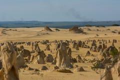 La vista de la tierra en los pináculos abandona en Australia occidental Señal para el viajero imagenes de archivo