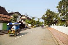 la vista de tolerante relaja las calles de Luang Prabang, Laos Imagen de archivo