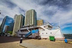 La vista de un barco de la travesía llegó a la recogida sus pasajeros de sus edificios de la propiedad horizontal para un paseo Imagenes de archivo