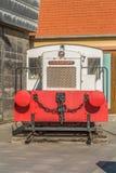 La vista de un tren del vintage, exhibió como obra de arte en el puerto deportivo de Leca DA Palmeira, Portugal foto de archivo
