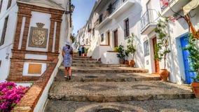 La vista de una calle en Frigiliana, pueblo blanco, España Foto de archivo