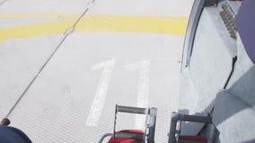 La vista a decolla il campo dell'elicottero Viti giranti Tiro della macchina fotografica dall'aeroplano preparazione stock footage