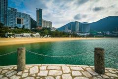La vista dei grattacieli e la spiaggia al rifiuto abbaiano, in Hong Kong, Hong Fotografie Stock
