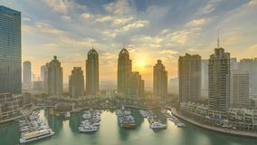 La vista dei grattacieli moderni che splendono nell'alba accende il timelapse nel porticciolo del Dubai nel Dubai, UAE archivi video