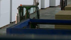 La vista del alimentador de la barra de madera se mueve en taller metrajes