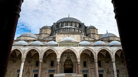 La vista del Bosphorus dal cortile della moschea in tutto le cupole, Costantinopoli, Turchia di Suleymaniye immagini stock libere da diritti