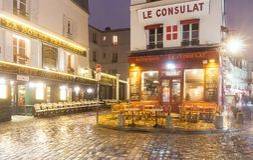 La vista del café típico Consulat de París en París, área de Montmartre, Francia Foto de archivo