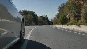 La vista del camino del coche del montar a caballo almacen de video