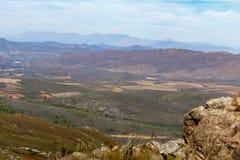 La vista del campo e delle montagne Immagine Stock