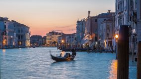La vista del canal grande vicino al giorno del mercato di Rialto al timelapse dopo il tramonto, Venezia, Italia di notte ha osser archivi video