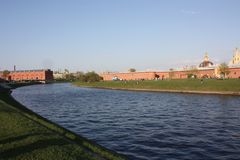 La vista del canale e del museo delle armi a Pietroburgo fotografia stock libera da diritti