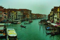 La vista del canale a Venezia dal ponte di Rialto, gondole sta attraversando il fiume e la gente gode delle loro vacanze dell'inv fotografie stock libere da diritti