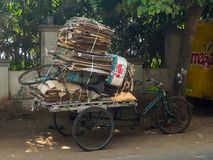La vista del carretto in pieno di cartone di carta per ricicla nelle vie di Puri immagini stock