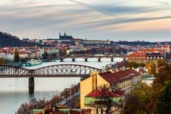 La vista del castillo de Praga y el puente ferroviario sobre Moldava/el río del moldau tomados del vysehrad se escudan en Praga foto de archivo libre de regalías