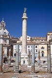 A la vista del colum de Trajan en Roma Imagenes de archivo