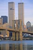 La vista del comercio mundial se eleva, puente de Brooklyn con el helicóptero de la TV, New York City, NY Imágenes de archivo libres de regalías