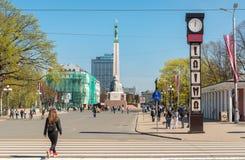La vista del cuadrado de la libertad con el monumento de la libertad de Letonia situó en el centro de Riga, Letonia imagen de archivo libre de regalías