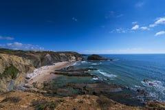 La vista del DOS Alteirinhos della Praia della spiaggia di Alteirinhos vicino a Zambujeira guasta in Odemira, l'Alentejo, Portoga fotografia stock