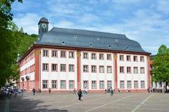 A la vista del edificio histórico viejo de la universidad que ahora se utiliza como el encuentro o sala de conciertos en centro d fotos de archivo