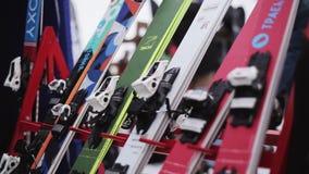 La vista del esquí adentro acampa en estación de esquí jinetes holidays Montañas Paseo de la gente almacen de video